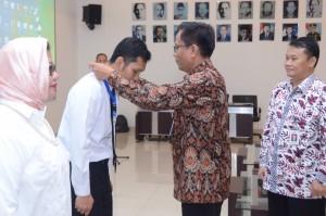 Deputi DKK Seskab Yuli Harsono didampingi Asdep Naster Eko Harnowo mengalungkan tanda peserta Diklat Teknis Penerjemahan Naskah Hukum Pemerintahan Angkatan II Tahun 2018, di Ceger, Jakarta Timur, Selasa (10/7) pagi. (Foto: JAY/Humas)
