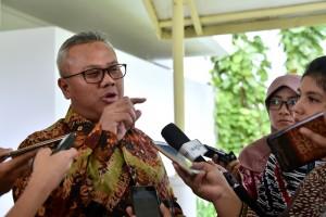 Ketua KPU Arief Budiman menjawab wartawan di Kantor Kepresidenan, Jakarta, Rabu (11/7) siang. (Foto: OJI/Humas)