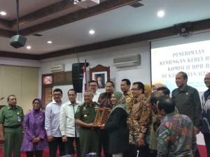 Bupati Bantul Suharsono berfoto bersama rombongan Komisi II DPR RI yang dipimpin Nihayatul Wafiroh, di Kantor Pemkab Bantul, DIY, Senin (307) siang. (Foto: Said M/Humas)