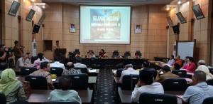Staf Ahli Gubernur Sumbar Rosman Effendi memberikan sambutan saat menerima kunjungan Komisi II DPR RI, di kantor Pemprov Sumbar, Padang, Senin (30/7) kemarin. (Foto: Anggun/Humas)