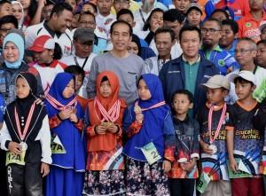 Presiden Jokowi berfoto bersama komunitas panahan, di halaman belakang Istana Kepresidenan Bogor, Jabar, Sabtu (7/7) sore. (Foto: Rahmat/Humas)