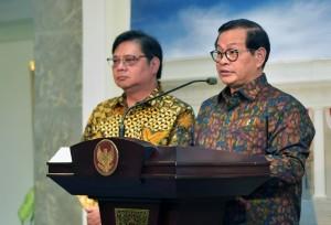 Seskab bersama Menperin memberikan keterangan kepada pers usai Rapat Terbatas, Jumat (20/7). (foto: Humas/Jay).