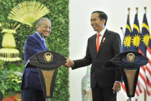 President Jokowi shakes hands with Malaysian Prime Minister Mahathir Mohamad after a joint press conference at Bogor Presidential Palace, West Java, Friday (29/6). (Photo by: Jay/ Public Relations Divisions of Cabinet Secretariat).