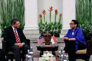 Menlu Retno Marsudi menerima kunjungan Menlu Malaysia Saifuddin Abdullah, di Pejambon, Jakarta, Senin (23/7). (Foto: Dit Infomed Kemlu)