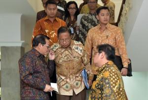 Menko Perekonomian, Seskab dan Menperin berbincang usai mengikuti rapat terbatas di Kantor Presiden, Jumat (20/7). (Foto: Humas/Jay)