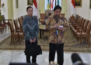 Menperin Airlangga Hartarto didampingi Kepala BKPM Thomas Lembong menyampaikan keterangan pers, di Istana Kepresidenan Bogor, Jabar, Senin (9/7) siang. (Foto: Rahmat/Humas)