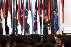 Presiden saat memberikan kuliah umum pada Angkatan ke-2 Pendidikan Bela Negara Partai Nasional Demokrat (Nasdem), di Gedung ABN Nasdem Pancoran, Jakarta, Senin (16/7). (Foto: Humas/Oji)