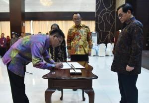 Seskab saat menyaksikan penandatanganan dokumen pada pelantikan pejabat pimpinan tinggi madya, di aula Gedung III Kemensetneg, Jakarta, Kamis (12/7). (foto: Humas/Rahmat)