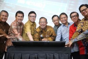 Menko Perekonomian Darmin Nasution didampingi para menteri dan kepala lembaga meluncurkan sistem Online Single Submission (OSS), di kantor Kemenko Perekonomian, Jakarta, Senin (9/7) pagi. (Humas Kemenko Perekonomian)