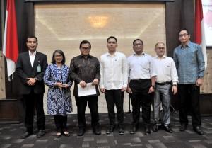 Immanuel CH.S (tengah) diapit Seskab Pramono Anung dan dewan juri Lomba Cipta Lagu Mars Sekretariat Kabinet, di aula Gedung III Kemensetneg, Jakarta, Senin (23/7) siang. (Foto: JAY/Humas)