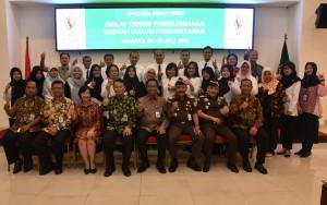 Deputi DKK Setkab, Yuli Harsono berfoto bersama peserta Diklat Fungsional Penerjemah di Kampus B Badan Diklat Kejaksaan RI Ceger, Jakarta Timur, Kamis (19/7). (Foto: Humas/Rahmat)