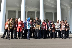 Presiden Jokowi bersama para Wali kota usai pertemuan sesi pertama di Istana Kepresidenan Bogor, Jawa Barat, Senin (23/7). (Foto: Humas/Rahmat).