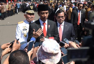 Presiden saat ditanya mengenai integritas usai melantik 1.456 Pamong Praja Muda IPDN di Jatinangor, Sumedang, Jawa Barat, Jumat (27/7). (Foto: Humas/Rahmat)