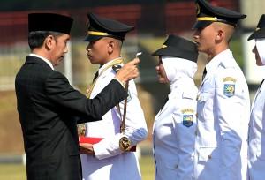 Presiden saat menjadi Inspektur Upacara pada Pelantikan 1.456 calon Pamong Praja Muda angkatan XXV lulusan tahun 2018 di IPDN Jatinangor, Sumedang, Jawa Barat, Jumat (27/7). (Foto: Humas/Rahmat)