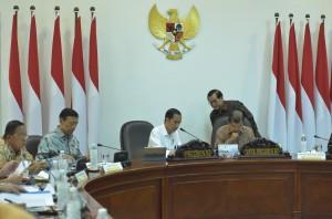 Presiden berbincang dengan Seskab sebelum Rapat Terbatas mengenai Percepatan Pelaksanaan Mandatori Biodiesel, di Kantor Presiden, Jakarta, Jumat (20/7). (Foto: Humas/Jay)