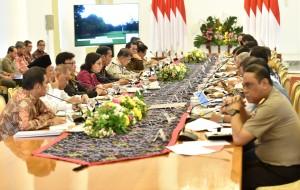 Presiden Jokowi didampingi Wapres Jusuf Kalla memimpin rapat terbatas, di Istana Kepresidenan Bogor, Jabar, Senin (9/7) sore. (Foto: Rahmat/Humas)