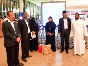 "Indonesian Ambassador to the Kingdom of Saudi Arabia Agus Maftuh Abegebriel (wearing ""peci"") accompanies Nurkoyah at Dammam Airport before she returns to Indonesia, Tuesday (3/7). (Photo by: The Embassy of The Republic of Indonesia in Riyadh)"