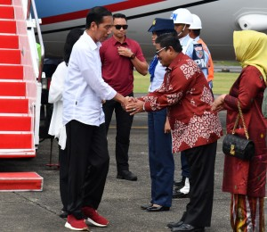 President Jokowi and First Lady Ibu Iriana are greeted by Governor of South Sulawesi Ad Interim Sumarsono at Hasanuddin Air Force Base, Makassar, before take another flight to Parepare, South Sulawesi on Monday (2/7). (Photo by: Presidential Secretariat).