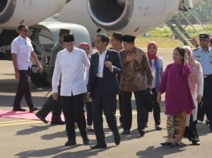 Presiden Jokowi tiba di Bandar Udara Sultan Muhammad Kaharuddin III, Sumbawa Besar, Sumbawa, NTB, Minggu (29/7). (Foto: Humas/Nia).