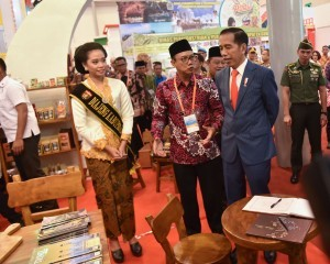 President Jokowi inspects one of the booths at the 2018 Apkasi Autonomy Expo, held at ICE BSD Serpong, Tangerang, Banten, Friday (6/7). (Photo by: Agung/Public Relations Division)