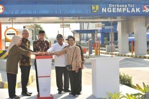 Presiden saat meresmikan tol di gerbang tol Ngemplak Kabupaten Boyolali, Jawa Tengah, Minggu (15/7). (Foto: Humas/Jay)
