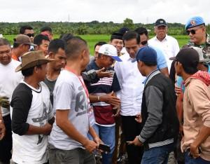 Presiden Jokowi berbincang dengan para pekerja padat karya tunai di di Kelurahan Mappadaelo, Kecamatan Tanasitolo, Kabupaten Wajo, Selasa (3/7) pagi. (Foto: Setpres)
