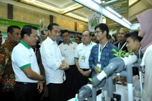 President Jokowi when visiting booths in 2018 ASAFF Exhibition at Jakarta Convention Center (JCC), Saturday (30/6). (Photo: BPMI)