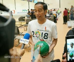 Presiden Jokowi menjawab pertanyaan wartawan di sela peninjauan venue di Jakabaring Sport City, Palembang, Sumsel, Sabtu (14/7). (Foto: Humas/Dindha)