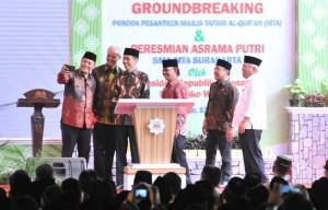 Presiden Jokowi saat memberikan sambutan pada peletakan batu pertama pembangunan Pesantren Majelis Tafsir Al Quran (MTA) sekaligus peresmian Asrama Putri SMA MTA di Surakarta, di Desa Pojok, Kecamatan Mojogedang, Kabupaten Karanganyar, Jawa Tengah, Minggu (15/7) siang. (Foto: Humas/Jay)