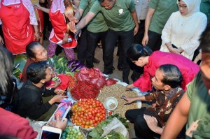 Presiden Jokowi saat secara mendadak mengunjungi Pasar Gede, Klaten, Minggu (15/7) siang. (Foto: BPMI)