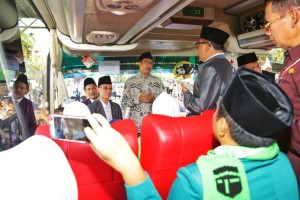 Menag lepas kloter 1 jemaah haji embarkasi Surabaya, Selasa (17/7). (Foto: Humas Kemenag).