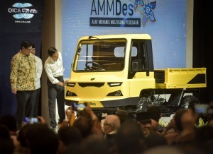 President Jokowi inspects a car at the 26th Gaikindo Indonesia International Auto Show (GIIAS) in ICE, BSD, Tangerang, Banten, Thursday (2/8) (Picture: PR Division/ Agung)