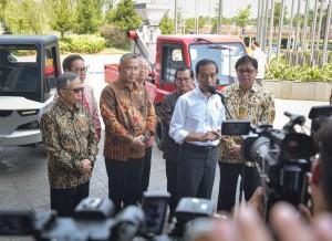 Presiden menjawab pertanyaan wartawan usai mengikuti acara Gaikindo Indonesia Internasional Auto Show (GIIAS) ke-26 di ICE BSD, Tangerang, Banten, Kamis (2/8). (Foto: Humas/Agung)