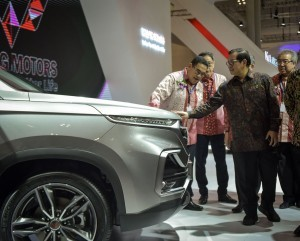 Cabinet Secretary also inspects a car exhibited at the 26th Gaikindo Indonesia International Auto Show (GIIAS) in ICE, BSD, Tangerang, Banten, Thursday (2/8) (Picture: PR Division/ Agung)