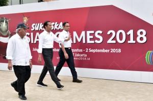 Presiden didampingi Menteri PUPR dan Gubernur DKI Jakarta meninjau pedestrian pedestrian di kawasan Jalan Jenderal Sudirman, Jakarta Pusat, Kamis (2/8). (Foto: BPMI)