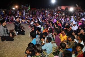 Presiden bertemu para pengungsi yang berada di lapangan Kantor Bupati Lombok Utara, Senin (13/8). (Foto: BPMI)