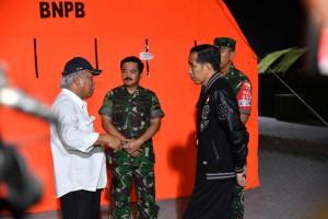 Presiden berdiskusi dengan Menteri PUPR dan Panglima TNI di Lombok Utara, NTB, Senin (13/8). (Foto: BPMI)