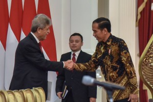 President Jokowi receives Chairman of the Palestinian Olympic Committee Jibril Mahmoud Muhammad Rajoub at Merdeka Palace, Jakarta, Tuesday (8/21). (Photo by: Oji/ Public Relations Division of Cabinet Secretariat).