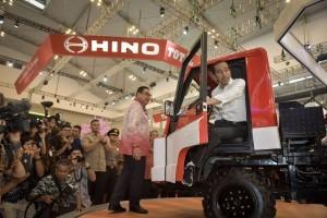President Jokowi tries a car at the 26th Gaikindo Indonesia Internasional Auto Show (GIIAS), at ICE BSD, Tangerang, Banten, Thursday (2/8). (Photo: PR/Agung)