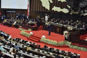 Presiden Jokowi membungkukkan badan memberi hormat kepada hadir sebelum menyampaikan pidato pada Sidang Tahunan MPR-RI Tahun 2018, di Gedung Nusantara, Jakarta, Kamis (16/8) pagi. (Foto: OJI/Humas)