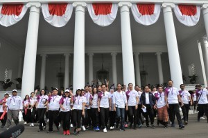 President Jokowi together with a number of athletes, social media activists, and celebrities on the front yard of Bogor Presidential Palace, West Java, Saturday (4/8). (Photo by: Jay/Public Relations Division).