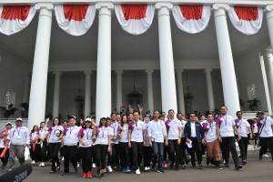 Presiden berjalan bersama para atlet di halaman belakang Istana Kepresidenan Bogor, Jawa Barat, Sabtu (4/8). (Foto: Humas/Jay).