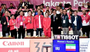 Presiden Jokowi didampingi sejumlah pejabat berfoto bersama Lindswell Kwok, usai pengalungan medali, di Ji Expo, Jakarta, Senin (20/8) pagi. (Foto: BPMI Setpres)