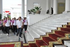 "Presiden berjalan bersama netizen usai mengikuti acara Promosi Asian Games 2018 ""Jalan Terus Indonesia"", di halaman belakang gedung induk Istana Kepresidenan Bogor, Jawa Barat, Sabtu (4/10). (Foto: Humas/Jay)."