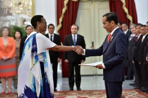 Presiden Jokowi menerima surat kepercayaan Dubes Burundi Stella Budiriganya, di Istana Merdeka, Jakarta, Senin (13/8) pagi. (Foto: JAY/Humas)