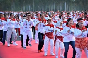 "Presiden dan Ibu Negara mengikuti senam poco-poco dalam rangka Pemecahan Rekor Dunia ""Guinness World Record"" di Silang Monas, Jakarta Pusat, Minggu (5/8). (Foto: Humas/Agung)."