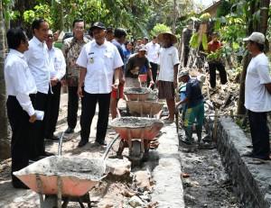 Presiden Jokowi meninjau proyek Dana Desa berupa pembangunan saluran irigasi Bendung Klontongan, di Desa Sendangtirto, Kabupaten Sleman, Rabu (29/8) siang. (Foto: BPMI Setpres)