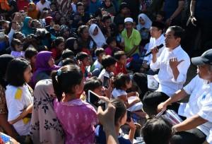 Presiden Jokowi hampir tidak berjarak saat duduk mendengarkan keluhan warga korban gempa, di Lombok Utara, NTB, Selasa (14/8) pagi. (Foto: Setpres)
