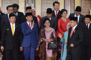 Presiden Jokowi didampingi Ibu Negara, Wapres, dan Ibu Mufidah berfoto bersama pimpinan DPR-RI, di Gedung Nusantara, DPR-RI, Jakarta, Kamis (16/8) siang. (Foto: OJI/Humas)