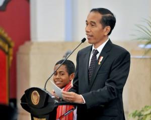 Presiden berdialog dengan Joni, Joni, siswa kelas 1 SMP Negeri Silawan, Kabupaten Belu, Nusa Tenggara Timur (NTT), di Istana Negara, Senin (20/8). (Foto: Humas/Jay).